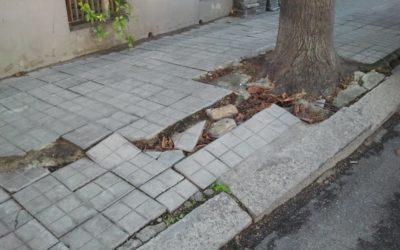 Caduta sul manto stradale dissestato: escluso il risarcimento per il pedone distratto