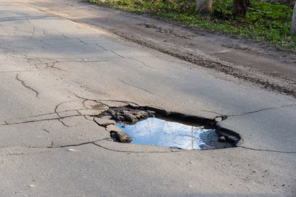 Caduta in una buca vicino casa: non basta per ritenere l'evento prevedibile ed evitabile